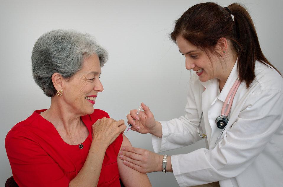 Risultati immagini per vaccini anziani